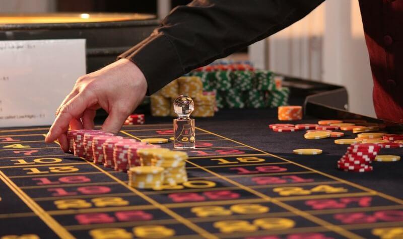 el crupier en el casino