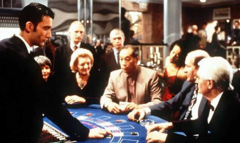 El croupier en la mesa del casino